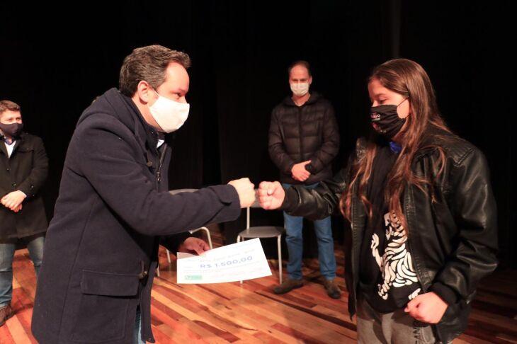 O ato de entrega dos cerificados foi realizado no Teatro Municipal Múcio de Castro (Foto: Michel Sanderi/Divulgação PMPF)