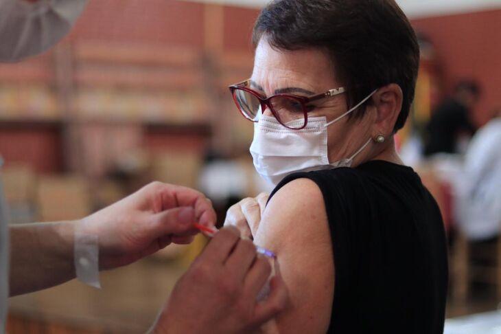 Pessoas de outros grupos já chamados, que perderam a data, também podem se vacinar (Foto: Divulgação/PMPF)