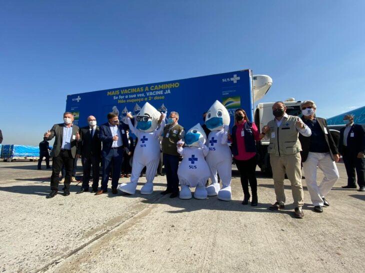 A chegada das doses contou com a presença de autoridades (Foto: Ministério da Saúde/Divulgação)