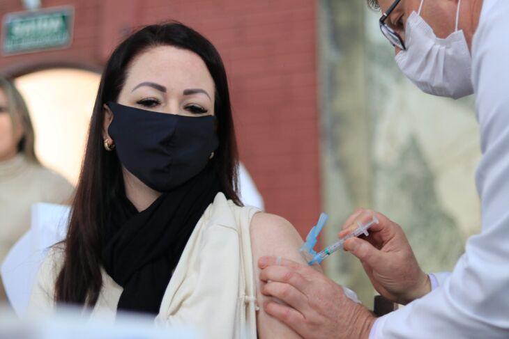 Cerca de 1.600 pessoas foram vacinadas hoje no CTG Lalau Miranda (Foto: Divulgação/PMPF)