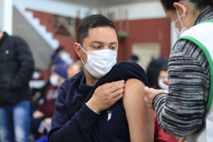 A vacinação com primeira dose ocorre no CTG Lalau Miranda (Foto: Michel Sanderi/Divulgação PMPF)