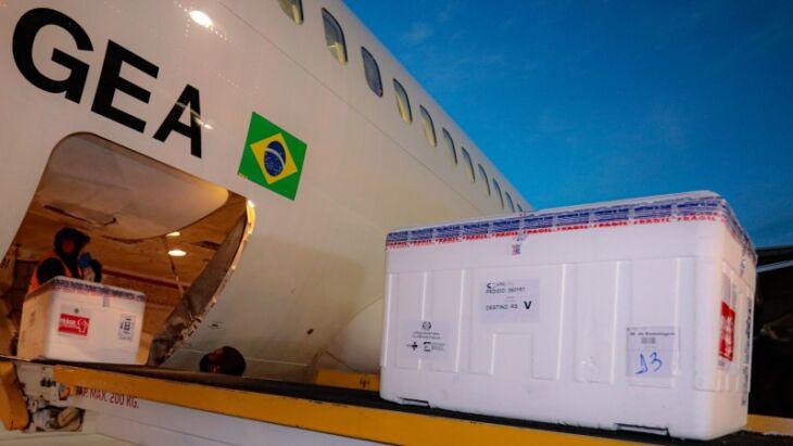 Remessas de Astrazeneca e Pfizer enviadas pelo Ministério da Saúde chegaram em dois voos no fim da tarde da terça (Foto: Itamar Aguiar / Palácio Piratini)
