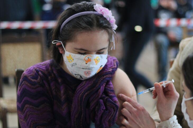 A vacinação dos adolescentes começou no sábado (24) (Foto: Michel Sanderi/Divulgação PMPF)