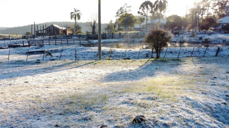 Antes mesmo que a neve pudesse derreter, a geada tomou conta da paisagem durante o amanhecer em Soledade (Foto: Luís Gustavo Calvi)