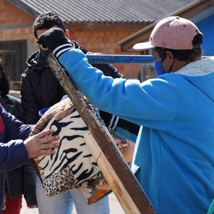 Os cobertores já estão sendo distribuídos (Foto: Michel Sanderi/Divulgação PMPF)