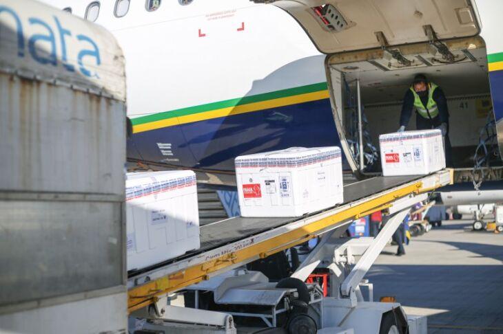 Um total de 137.400 doses de Coronavac estava no segundo voo que chegou à capital. Foto: Maicon Hinrichsen/Palácio Piratini