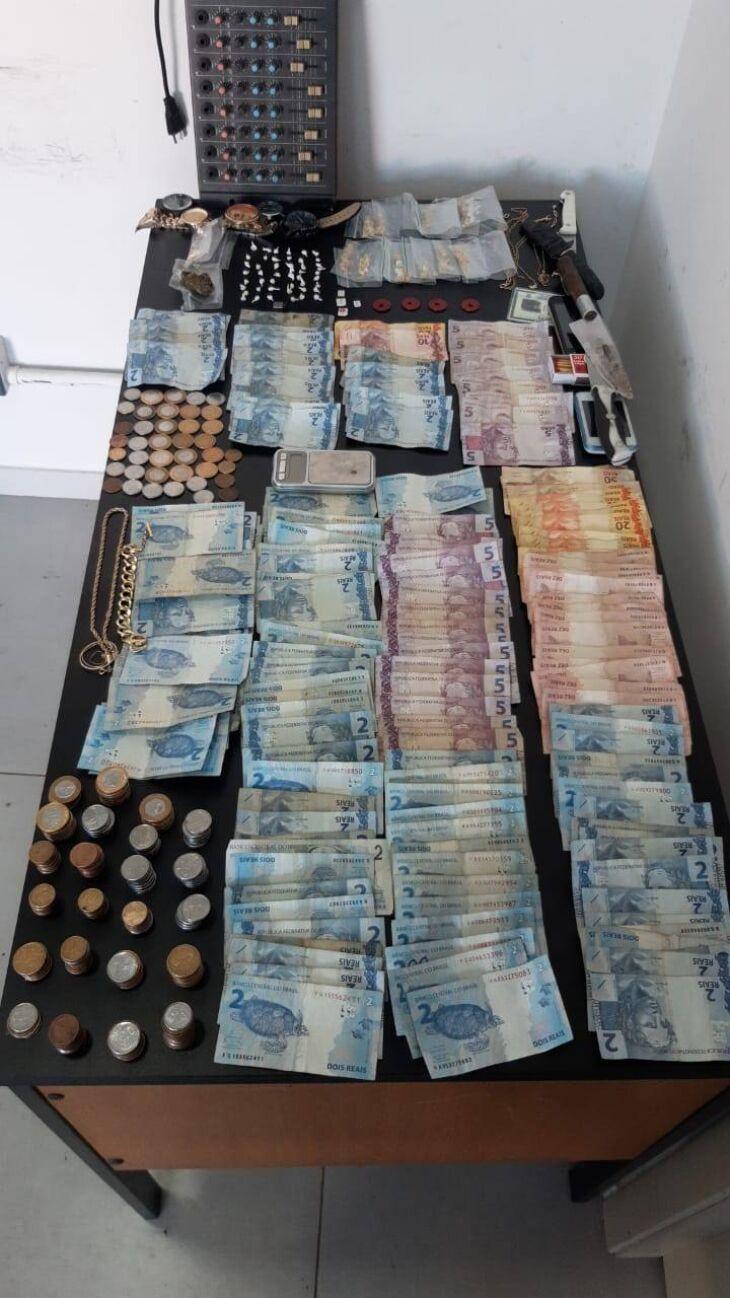 Drogas, armas brancas, celulares, relógios e dinheiro estão entre os itens apreendidos (Foto: Divulgação/CRBM)