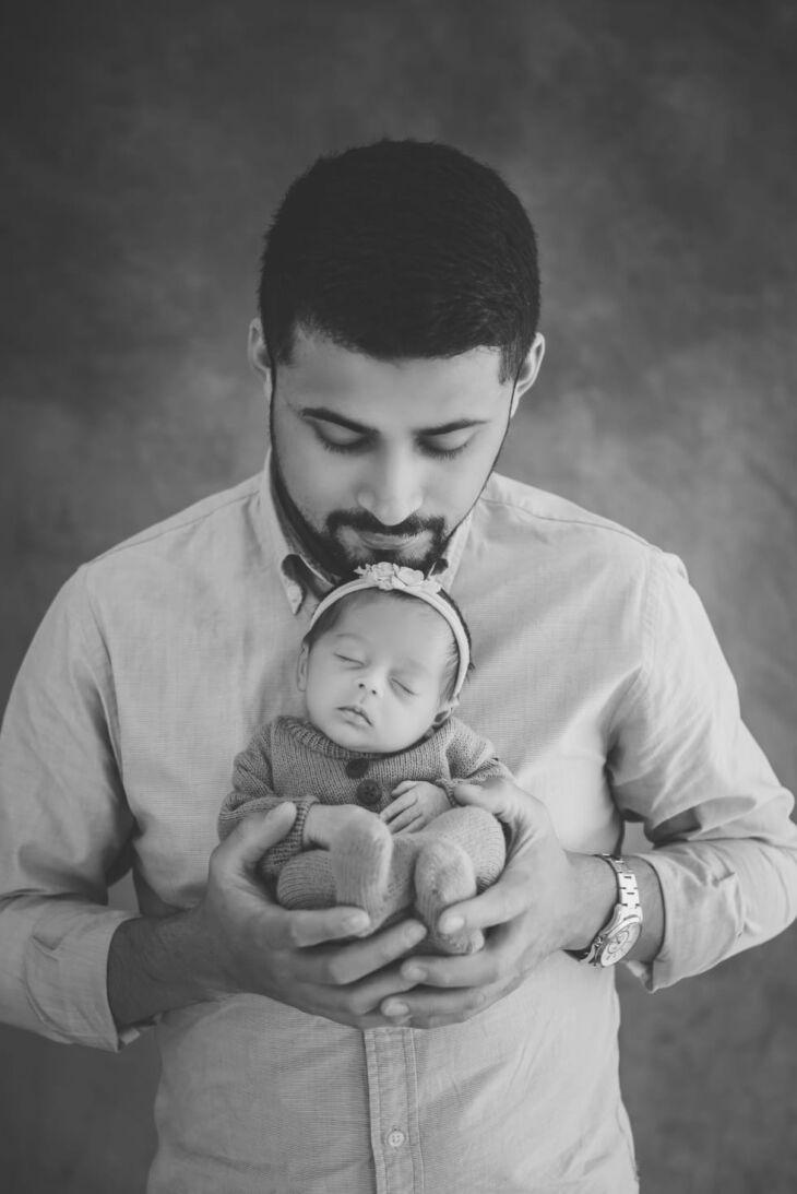 Igor com a pequena Cecília, a bebê agora tem três meses (Foto: Arquivo Pessoal)