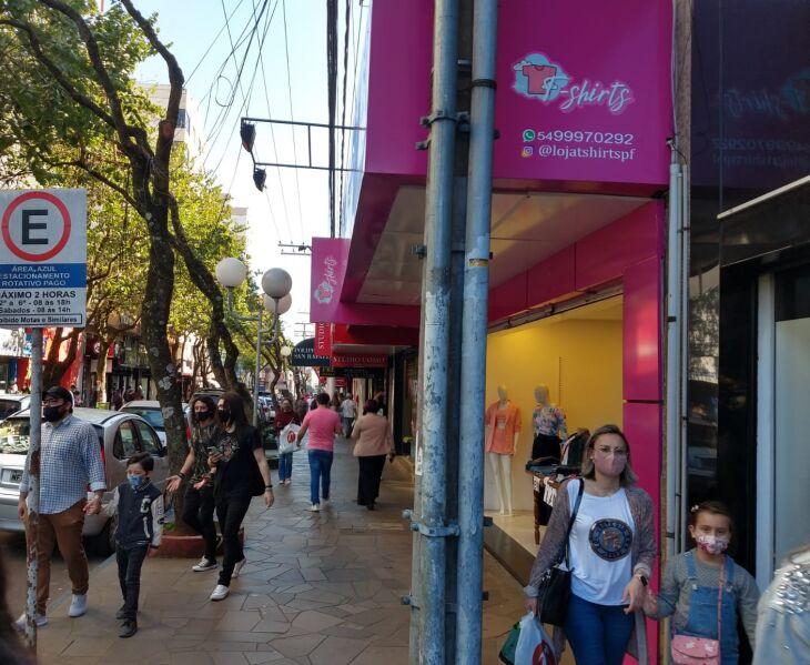 Comerciantes relatam que o movimento está bom neste sábado (07) (Foto: Luiz Carlos Schneider/ON)