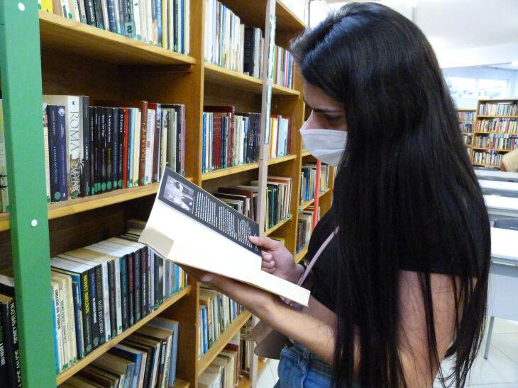 A estudante de medicina Gabriela Rodrigues aproveitou o retorno para visitar a biblioteca (Bruna Scheifler/ON)