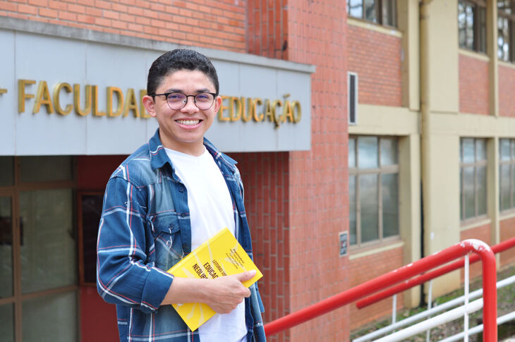 Após a conclusão da graduação em Filosofia, o estudante agora se dedica ao mestrado do Programa de Pós-Graduação em Educação (PPGEdu) da UPF ( Foto: Carla Vaillati/UPF)
