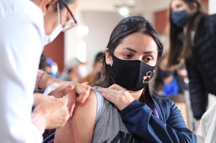 A vacinação ocorre no CTG Lalau Miranda (Foto: Michel Sanderi/Divulgação PMPF)