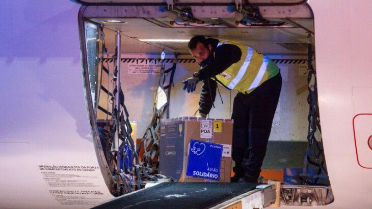 Na noite desta sexta-feira (13/8), um lote de 65.520 doses da Pfizer chegou no Aeroporto Salgado Filho (Foto: Felipe Dalla Valle/Palácio Piratini)