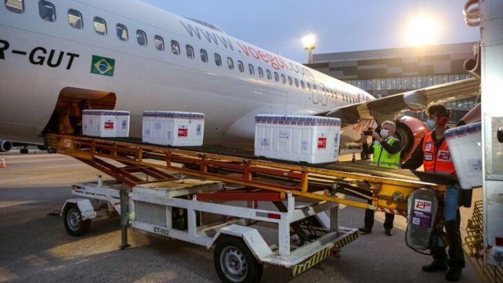 Quase às 18h desta segunda (16/8), 182.500 doses de Astrazeneca chegaram ao aeroporto da capital em avião vindo do Rio (Foto: Gustavo Mansur/Palácio Piratini)