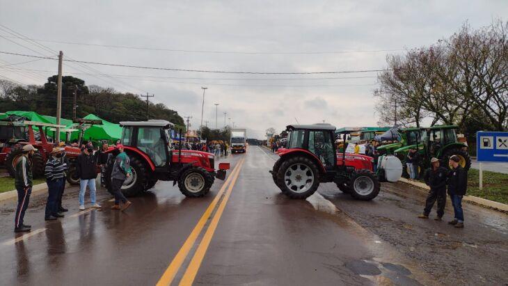 Máquinas agrícolas estão na entrada do município (Fotos: Luciano Breitkretz/ON)