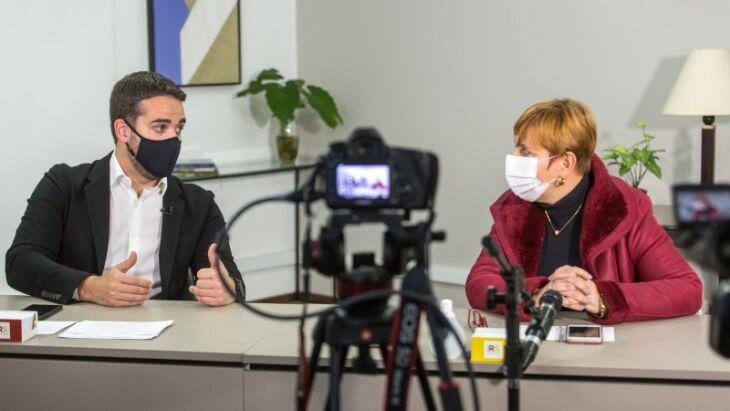 Governador Leite e secretária adjunta da Saúde, Ana Costa, apresentaram resultados em transmissão ao vivo na manhã desta quinta - Foto: Gustavo Mansur/Palácio Piratini