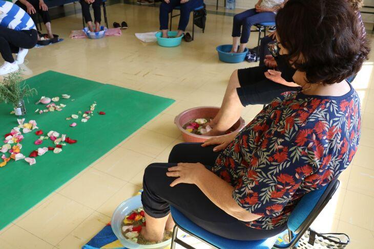 Escalda-pés está entre as Práticas Integrativas e Complementares que auxiliam na saúde aliviando sintomas de estresse e ansiedade (Foto: Tainá Binelo)