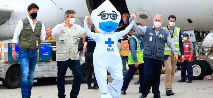 Ministros participaram do envio do último lote para primeira dose de adultos (Foto: Divulgação/MS)