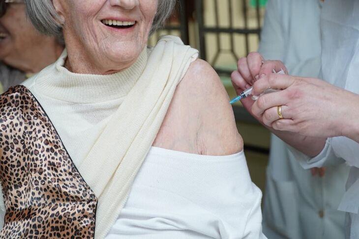 Idosos em ILPIs já começaram a ser vacinados (Foto: Divulgação/PMPF)