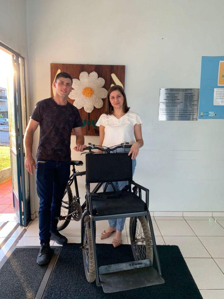 Bicicleta adaptada foi entregue à diretora da Apae de Tapejara, Carla Favretto Rigon (Foto: Divulgação)
