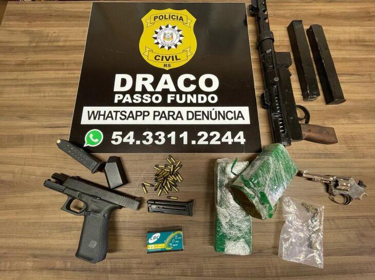 No cumprimento das buscas, foram apreendidas diversas armas (Foto: Divulgação/Polícia Civil)
