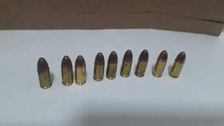 No chão foram encontradas as nove munições (Foto: Divulgação/Brigada Militar)