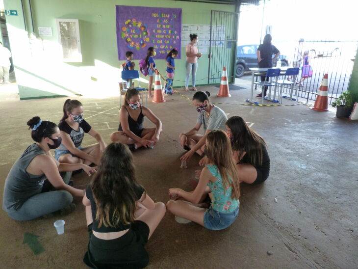 Alunas aprendem sobre ritmo durante oficina na EMEF Fredolino Chimango (Foto: Bruna Scheifler/ON)