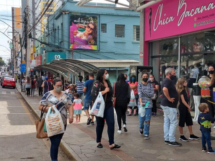 As ruas ficaram movimentadas neste sábado (02) (Foto: Luiz Carlos Schneider/ON)