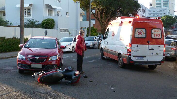 A motocicleta colidiu com um automóvel Prisma (Foto: Luciano Breitkreitz/ON)
