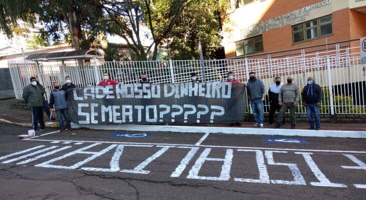 Ex-funcionários vinham realizando protestos em Passo Fundo pela liberação do recurso (Foto: Divulgação/Redes Sociais SindMetal)
