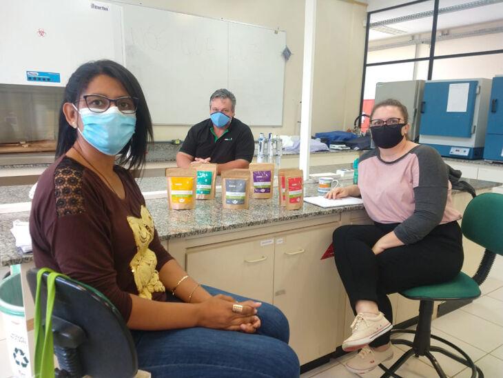 Ariana Maia e Clovis Roman, proprietários da Inovamate, com a estudante Lara (Foto: Divulgação/UPF)