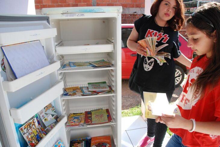 Brenda (D), além de doar algumas obras também ajuda a divulgar o projeto entre as amigas