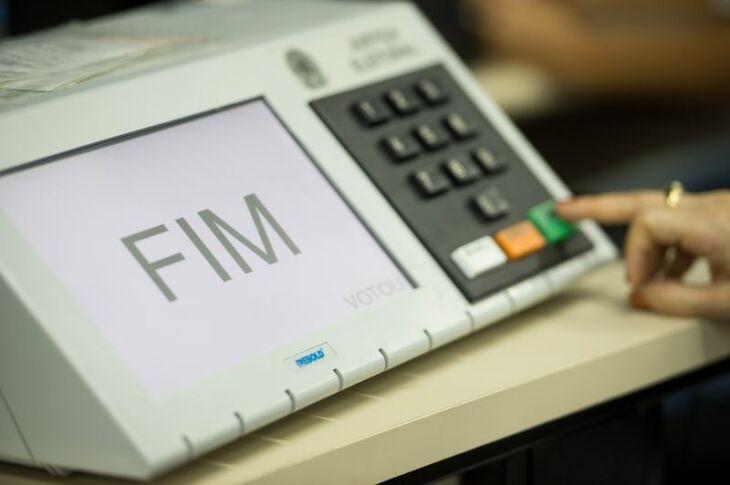 A lei que determina a impressão do voto da urna eletrônica para eventual conferência