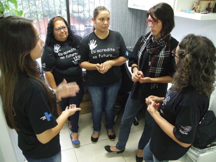 Entrega das chaves foi feita no gabinete da secretária de administração, Marlise Soares
