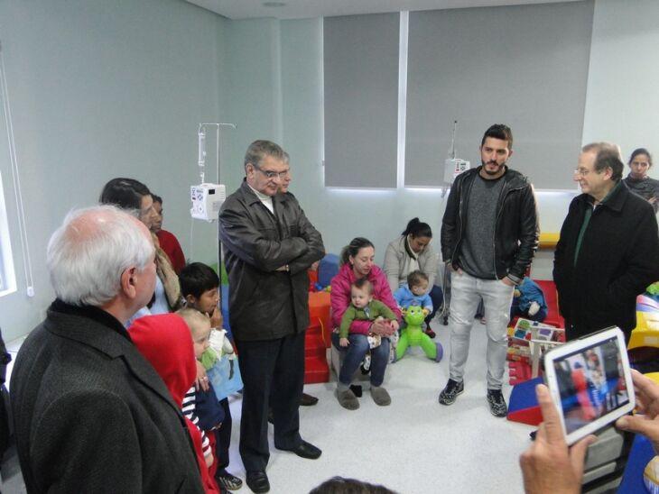 Marquinho autografou bola para as crianças