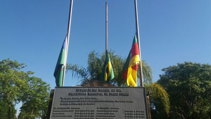 Prefeitura de Passo Fundo com bandeiras a meio mastro em sinal de luto