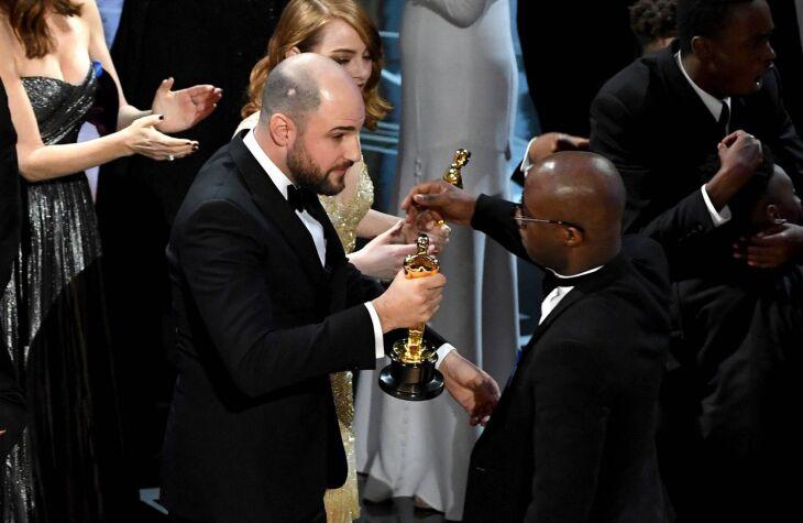 """Produtor de """"La La Land"""" entrega a estatueta ao diretor de """"Moonlight"""" depois de erro do anuncio de melhor filme"""