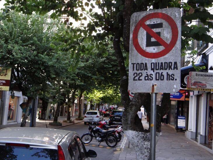 Placas como esta foram retiradas da área central da cidade logo após a revogação da lei