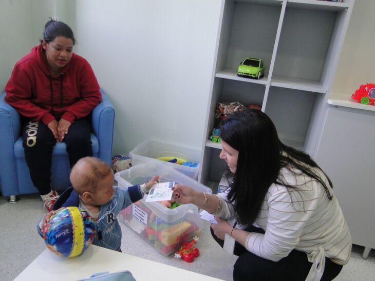 Juliana Fontoura do Colégio Marista Conceição entregou os cartões para as crianças
