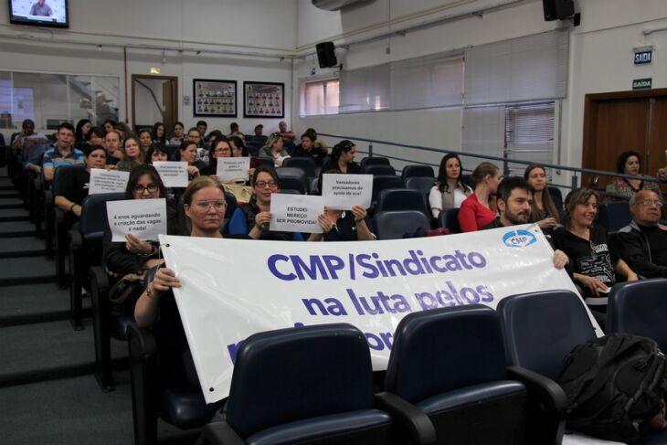 Conselho cobra promoção de professores da educação infantil que já são pós-graduados. Manifestação foi ontem, na Câmara