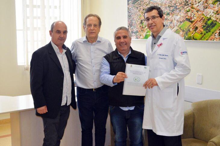 Vereador entregou cópia da lei para o Centro Oncológico do HSVP
