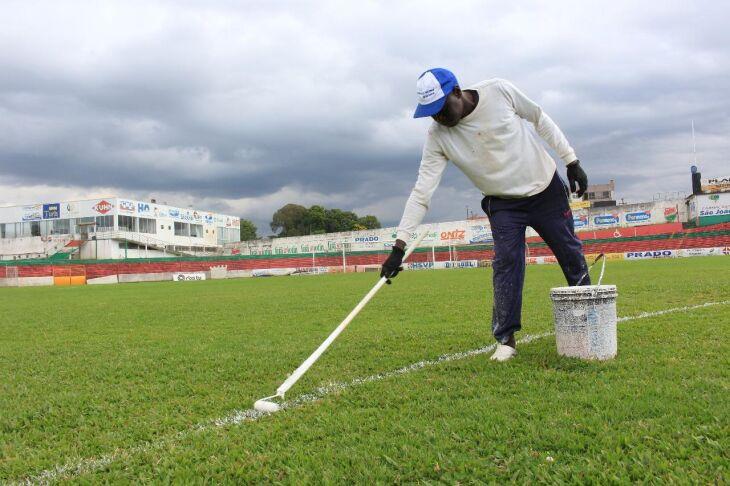 Funcionários do clube iniciaram trabalho de cuidado no gramado do Estádio Vermelhão da Serra