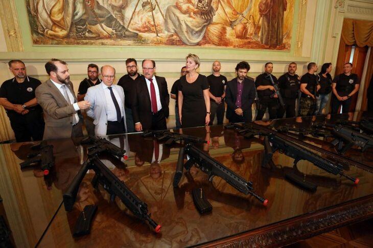 Remessa com 95 armas foi apresentada ao governador pelo chefe de Polícia, Emerson Wendt