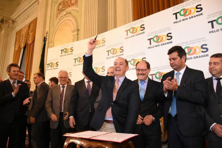 Assinatura do documento foi prestigiada pela região, ministros, governador e secretários