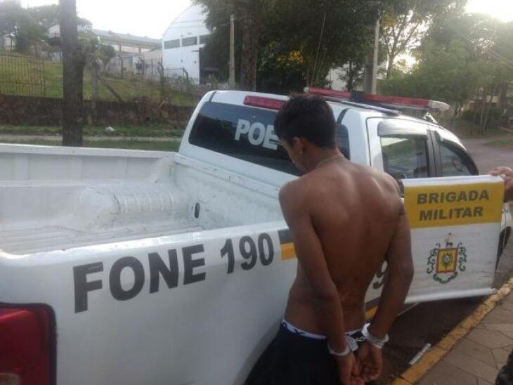Policiais ouviram gritos de socorro e abordaram o suspeito