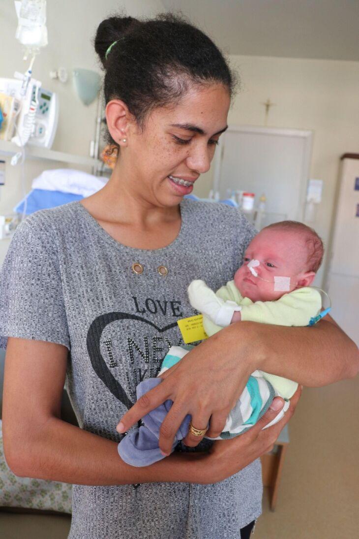 Iudi recebe o carinho da mãe enquanto aguarda a alta hospitalar