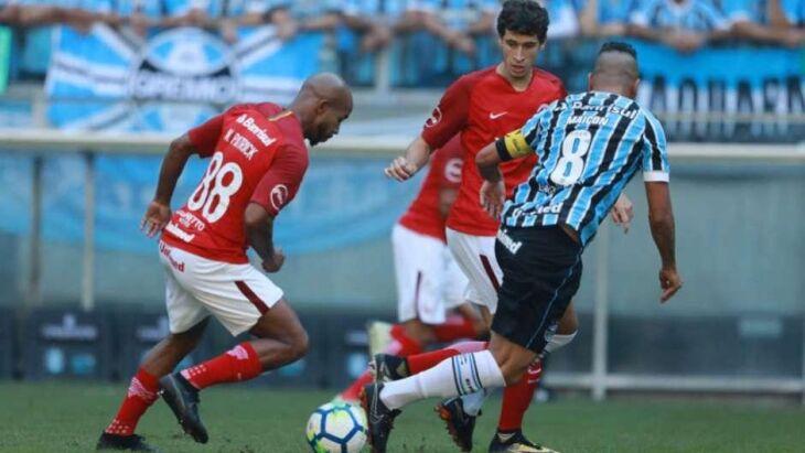 Grêmio teve mais volume de jogo, mas não conseguiu furar o bloqueio Colorado Crédito: