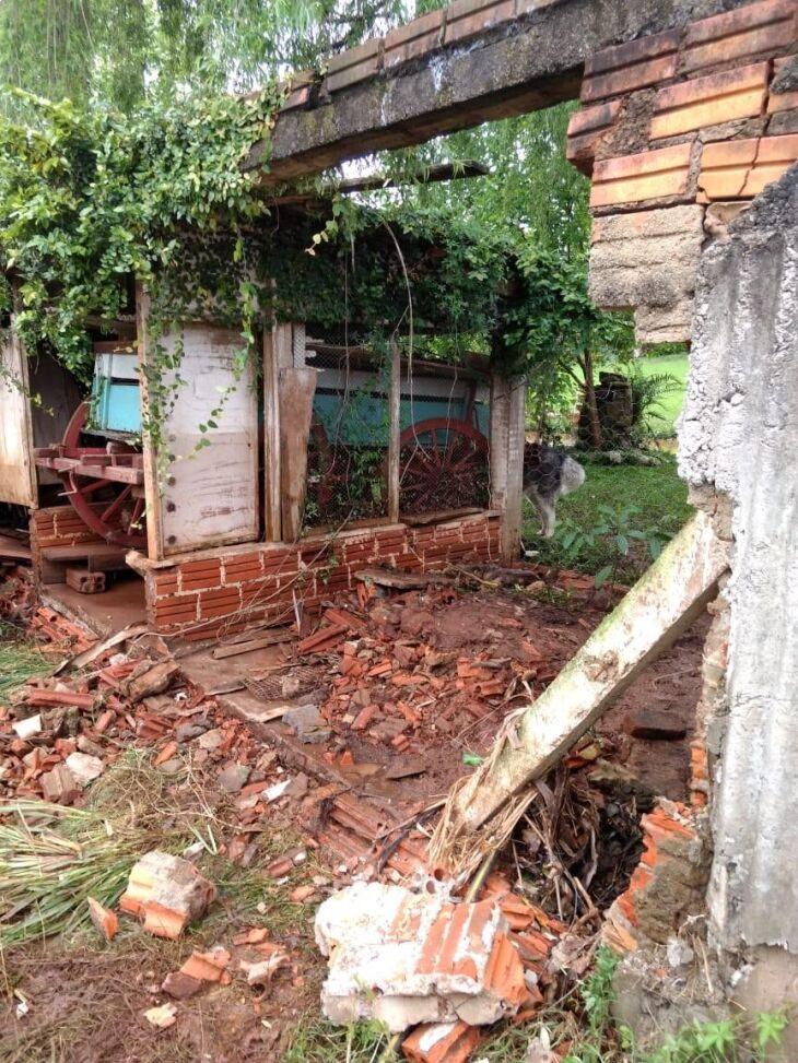 Muros dos fundos das residências foram derrubados pela força da água