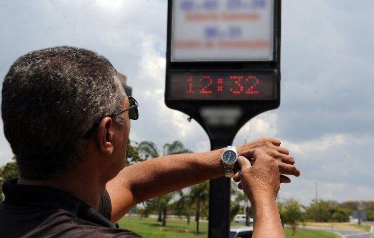 A partir da meia noite, relógios devem ser adiantados em uma hora