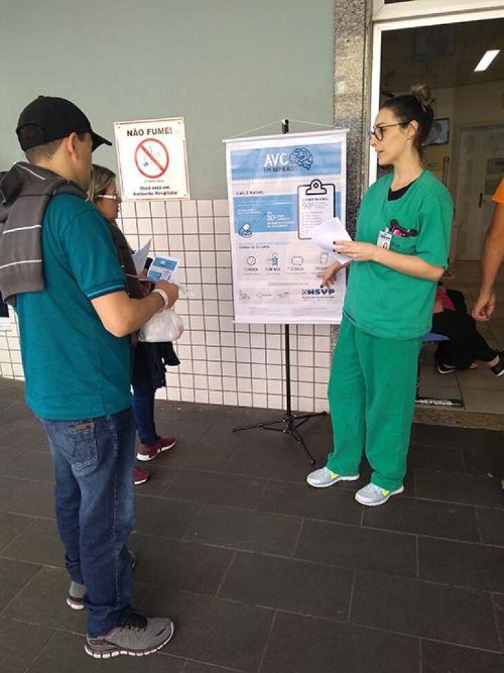 Enfermeiros e residentes orientaram familiares, pacientes e populares
